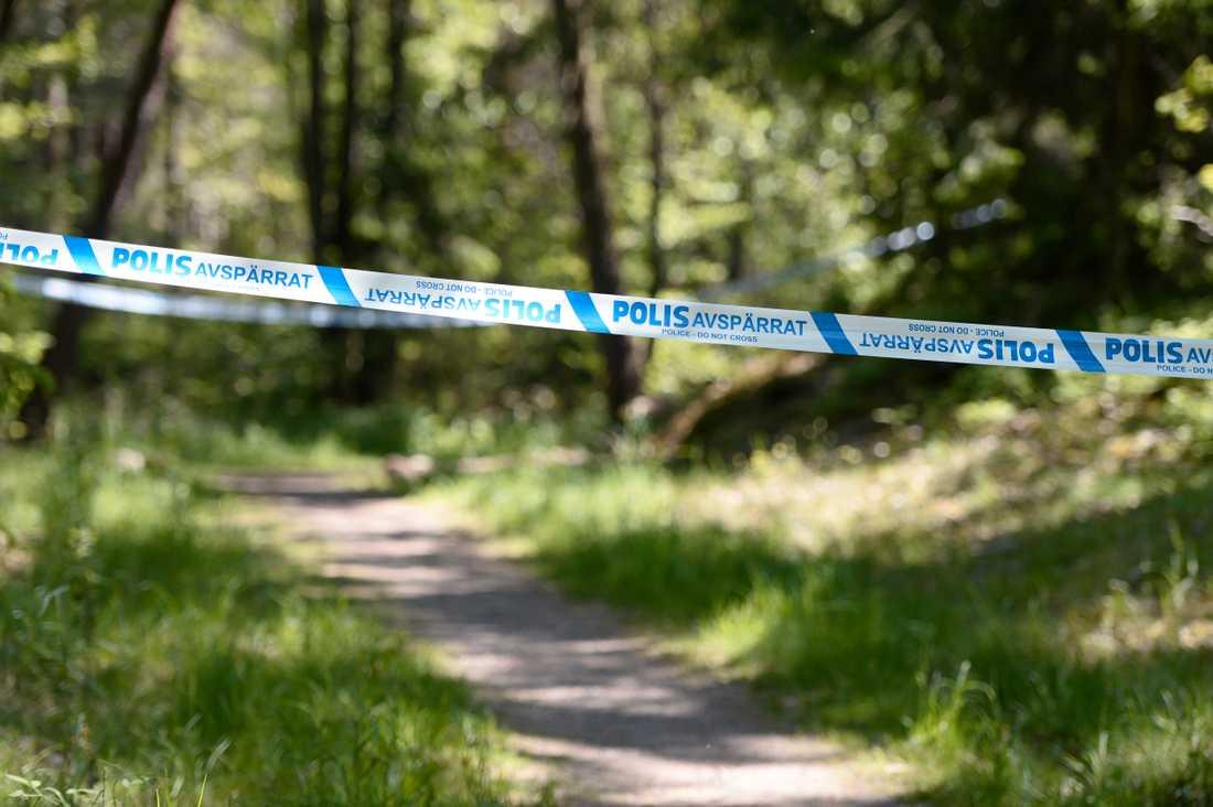 Polisens avspärrningar i skogspartiet där kvinnan hittades död 2016. Arkivbild.