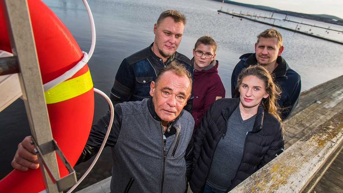 Kent Johansson, 65, från Sundsvall räddades efter att ha fallit i vattnet i hamnen i Örnsköldsvik av Johan Nylander 28, Frida Nylander 26, Catrina Strandberg, 26, och Patrik Sjöberg, 44.