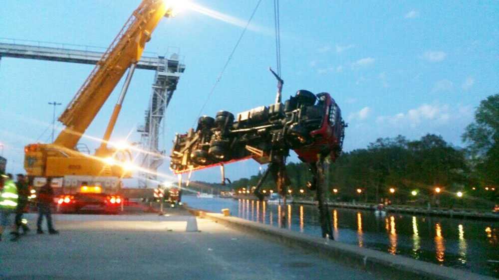 Under fredagskvällen kunde kranbilen bärgas av räddningstjänsten.