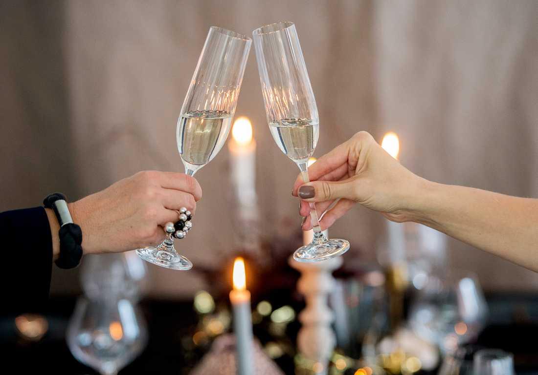 Svenska dagbladet, Axess och Dagens Nyheter gick i taket efter att Aftonbladets ledarsida skrivit en text om champagehinkar, eller förlåt, champagnekylar.