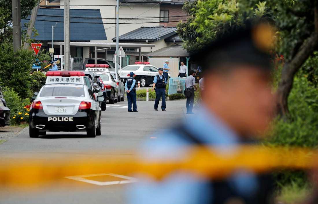 Polis utanför det boende för funktionshindrade i Sagamihara i Japan, där massmordet utfördes 2016.