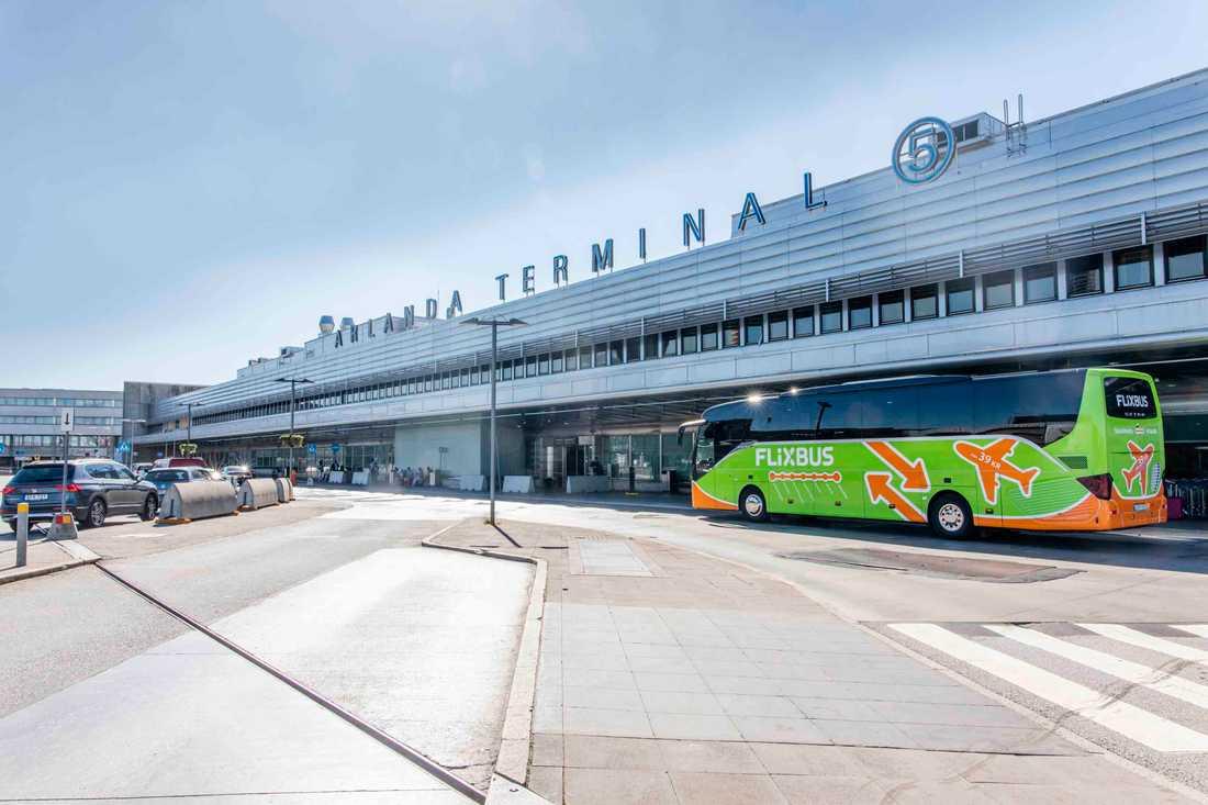 För att bussarna mellan Stockholm och Arlanda ska utmärka sig är de dekorerade med flygplan.