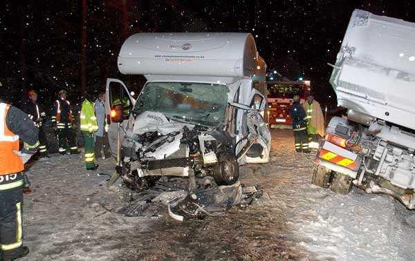 Änglavakt Fyra personer klarade sig med lindriga skador när en husbil kom över i fel körfält och totaltförstördes i krocken med en plogbil.