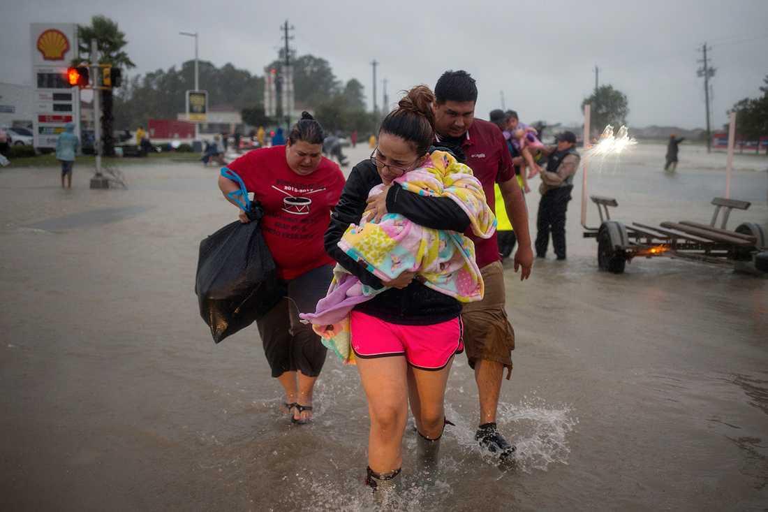 Många flyr sina översvämmade hem.