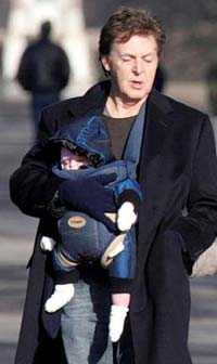 Paul på promenad med dottern Beatrice.