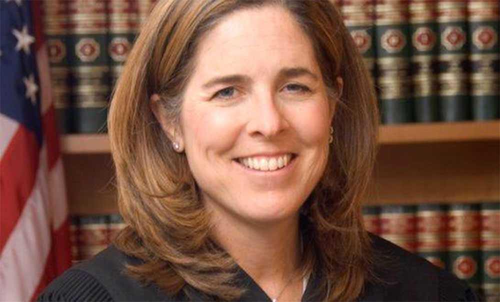 Domaren Ann Donnelly har utfärdat ett beslut som häver USA:s rätt att deportera människor från de sju länder som president Trumps resestopp gällde.