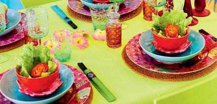 Färgstarkt Ätpinnar, röda ljusstakar och mycket färg ger den rätta känslan. Se inköpslista i bildspelet.