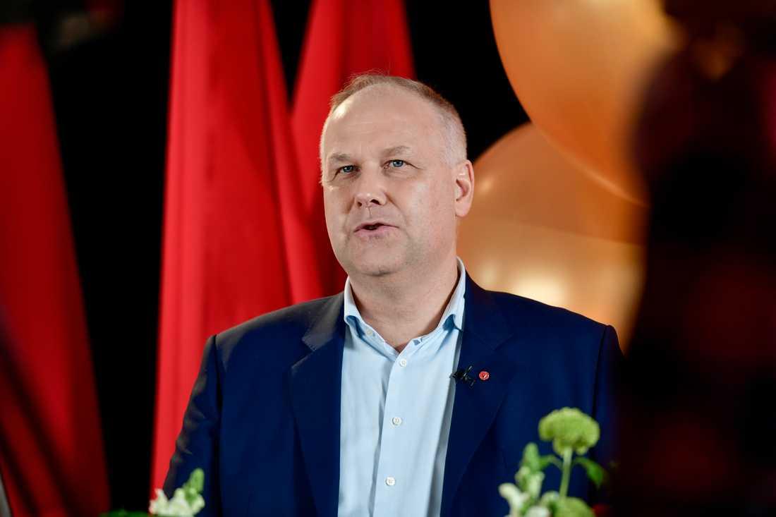 Vänsterpartiets partiledare Jonas Sjöstedt vill se fler anställda och tryggare anställningar i vården, säger han i sitt förstamajtal.