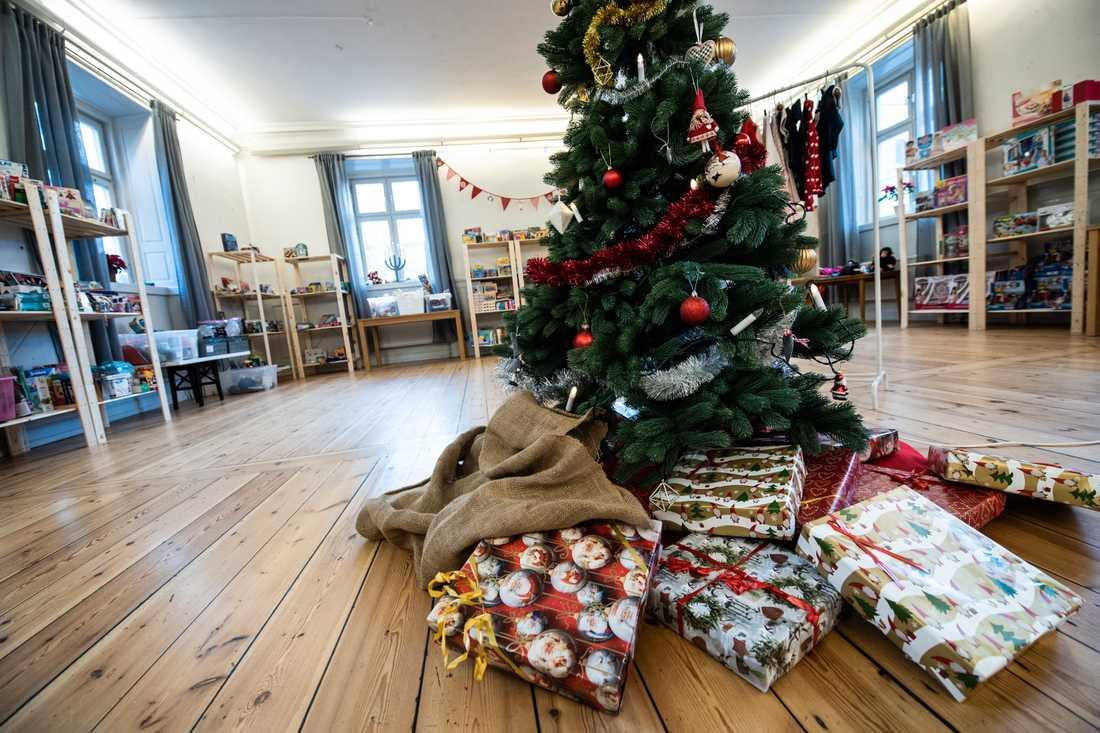 I Stockholms Stadsmissions julklappsbutik får familjer som lever i utsatthet en chans att välja julklappar till barnen.