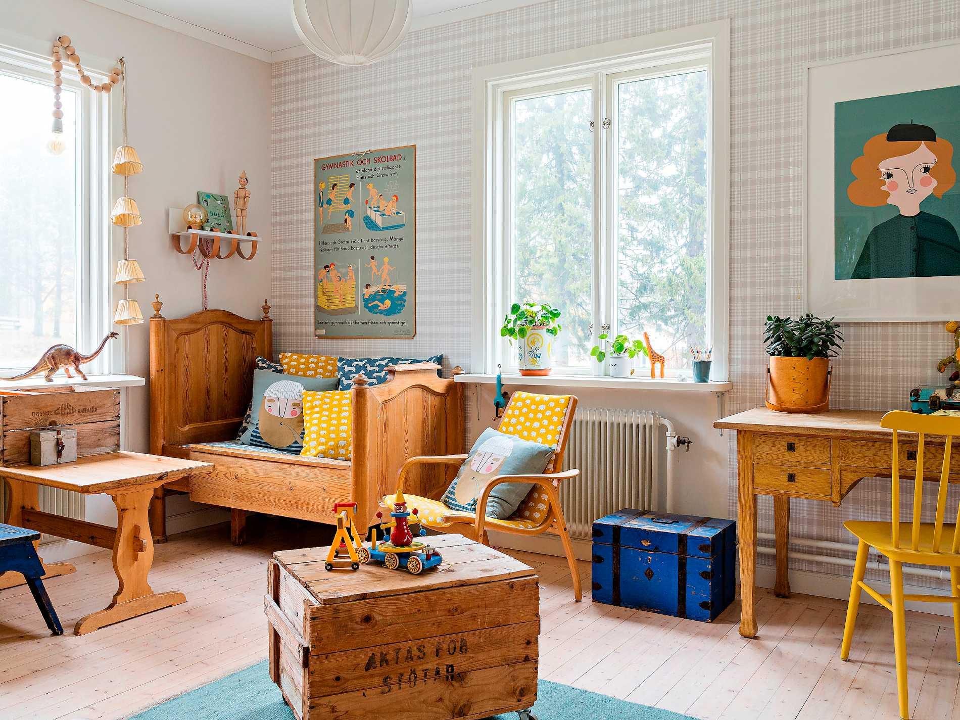 I den antika sängen i lekrummet sov Anders som barn. Innan dess har flera generationer av barn i släkten sedan 1800-talet använt sängen. Tapeten  Rut kommer från Sandbergs. Tavlan till höger kommer från Isa Form.