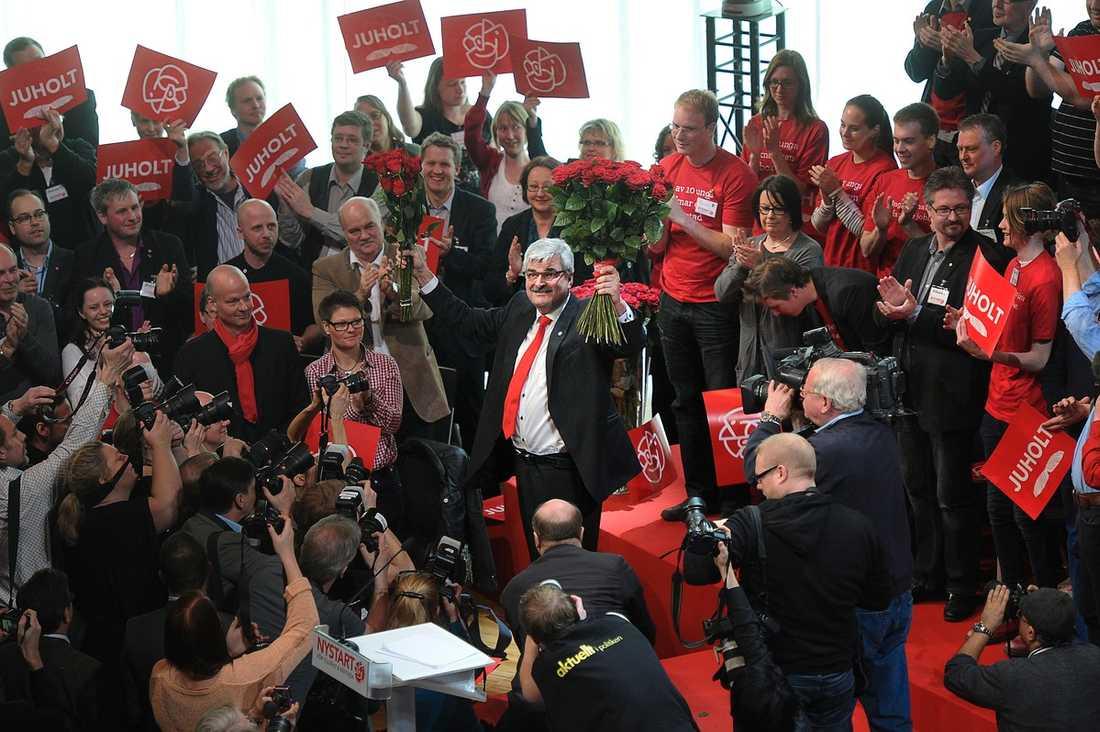 FESTENS CENTRUM I går var nyvalde S-ledaren Håkan Juholt, 48, mannen alla ville komma nära – först på kongressen och sedan under festen efteråt. Där drog han ner stort jubel med en historia om Carl Bildt och Ban Ki Moon.