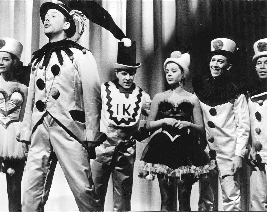 1964 sSven-Bertil Taube, Ingvar Kjellson och Jane Friedmann i Å vilket härligt krig.