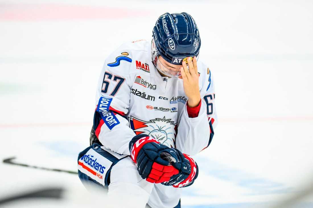 Linköpings Jarno Kärkki fick en smäll i huvudet.