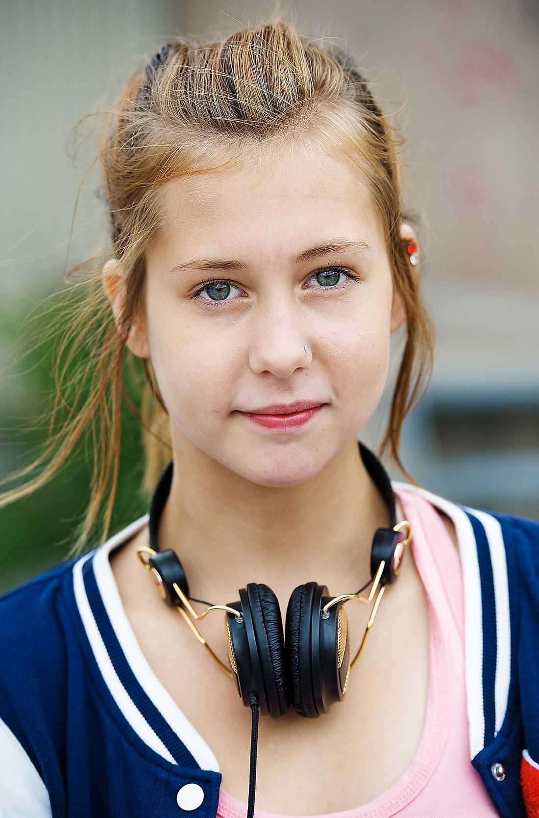 FÖRBJUDET Piercingen i 13-åriga Molly Palmborgs näsa fick rektorn att ta fram regelboken.