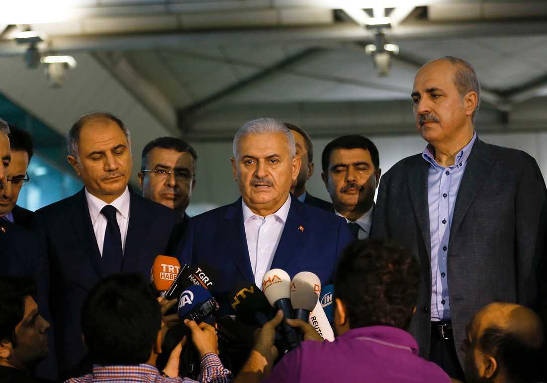 Binali Yildirim, Turkiets premiärminister, berättar sent inatt för pressen att minst 36 personer dött i attentatet.