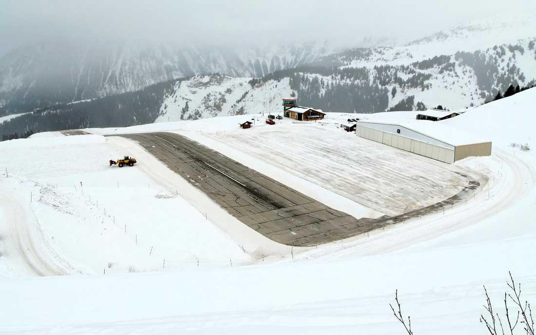 """Courchevel Aeroport, Courchevel, Frankrike Ligger på 2 160 meters höjd och har en landningsbana som bromsar upp de plan som landar och som ger extra skjuts i väg under start. Lite bobsleighvarning och givetvis har den platsat i en James Bond-film (""""Goldeneye"""")."""