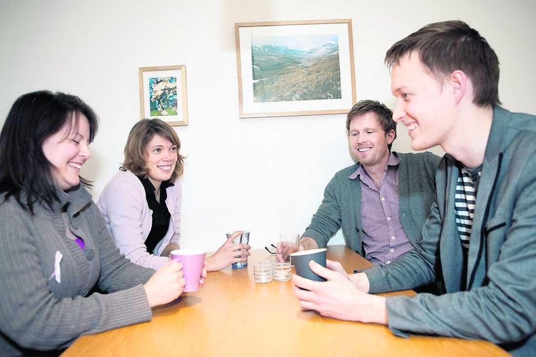 Fikar efter framgång Catrin Nygren, Kjersti Wik, Anders Persson och Henrik Eriksson pratar mest jobb under kaffepausen.