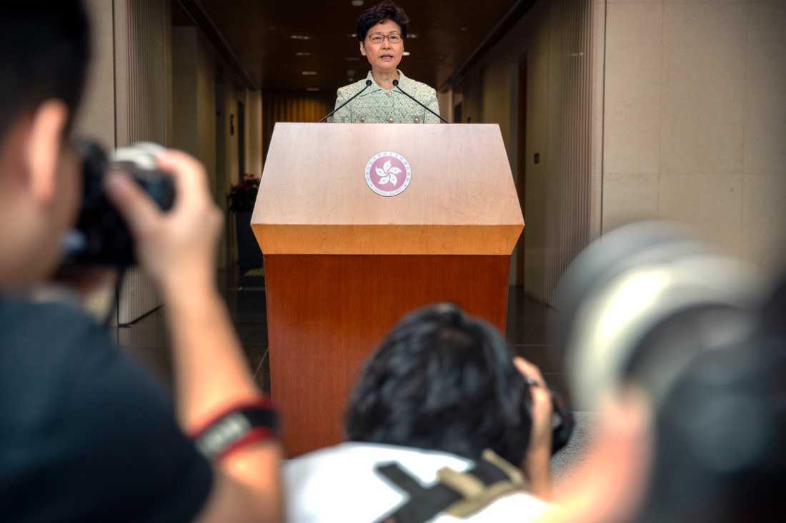 Hongkongs ledare Carrie Lam överväger åtgärder för att stoppa protesterna.