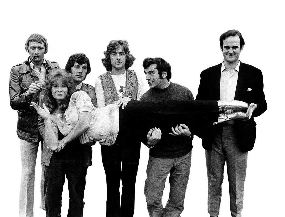 Monty Python 1971 Graham Chapman (avled 1989), Michael Palin, Eric Idle, Terry Jones och John Cleese. Här lyfter de upp komikern Carol Cleveland som medverkade i flera av deras produktioner.