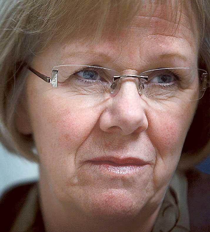 Partiledaren Mona Sahlin krävde i går att Lundby-Wedin ska lämna sin styrelsepost i AMF Pension.