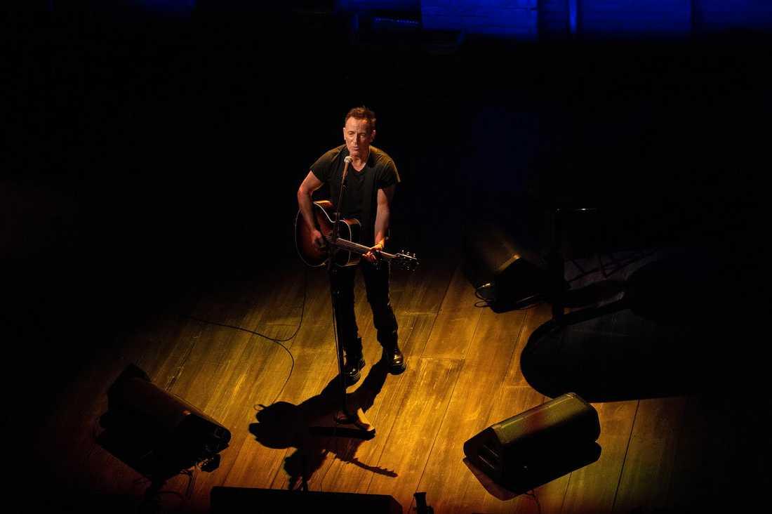 Bruce Springsteen länkar samman olika berättelser om sitt liv med några av sina mest klassiska låtar på ett mästerligt sätt.