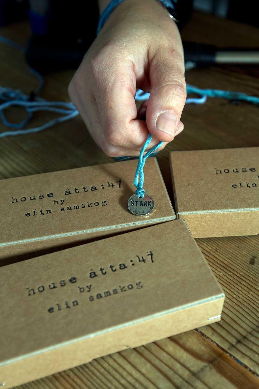 Smyckena kan användas som armband och halsband