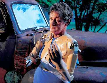 """människa - och maskin Proteserna ger Jessie Sullivan hopp. """"Jag tror att jag kommer att kunna knyta mina skor"""", säger han."""