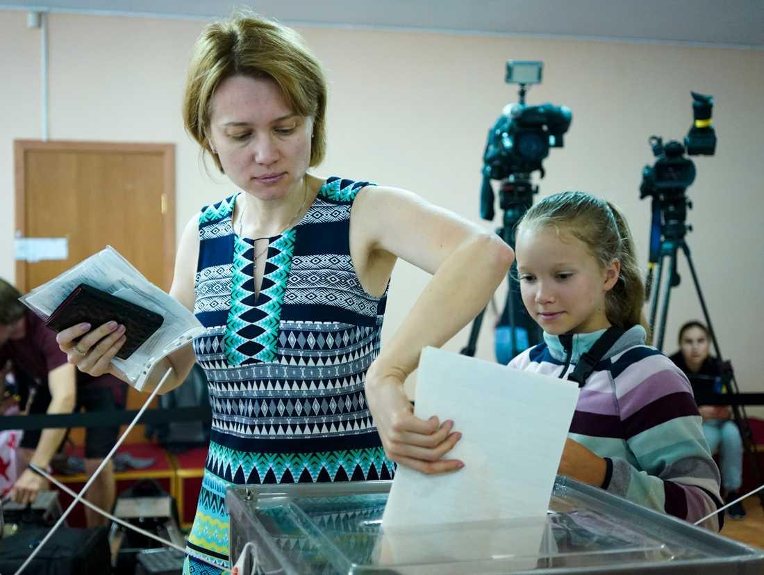 En kvinna röstar under söndagens parlamentsval i Ukrainas huvudstad Kiev.