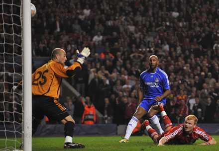 Liverpools John-Arne Riise, stressad av Chelseas anfallare Nicolas Anelka, försöker rensa undan bollen. Men ser i stället bollen gå in i eget nät.