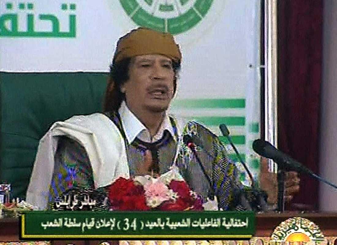 """14.15 Han förnekar att det har varit protester på gatorna: """"Terrorister släppte ut fångar från fängelser och tog med dem i sina trupper, de är kriminella och inte politiska fångar, det finns inga politiska fångar i Libyen""""."""