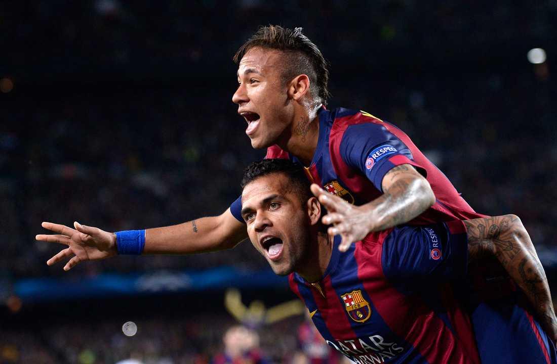 Neymar jublar tillsammans med lagkamraten Dani Alves i Barcelona.