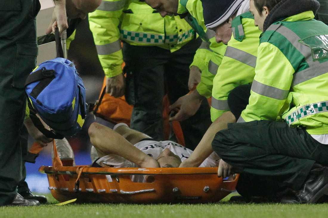 Tottenhams Michael Dawson bärs ut på bår efter en smäll i FA Cup-matchen mot Stevenage.