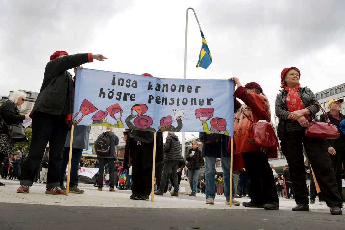 Redan under helgen hölls demonstrationer inför försvarsövningen Aurora. Här på Sergels torg i Stockholm.