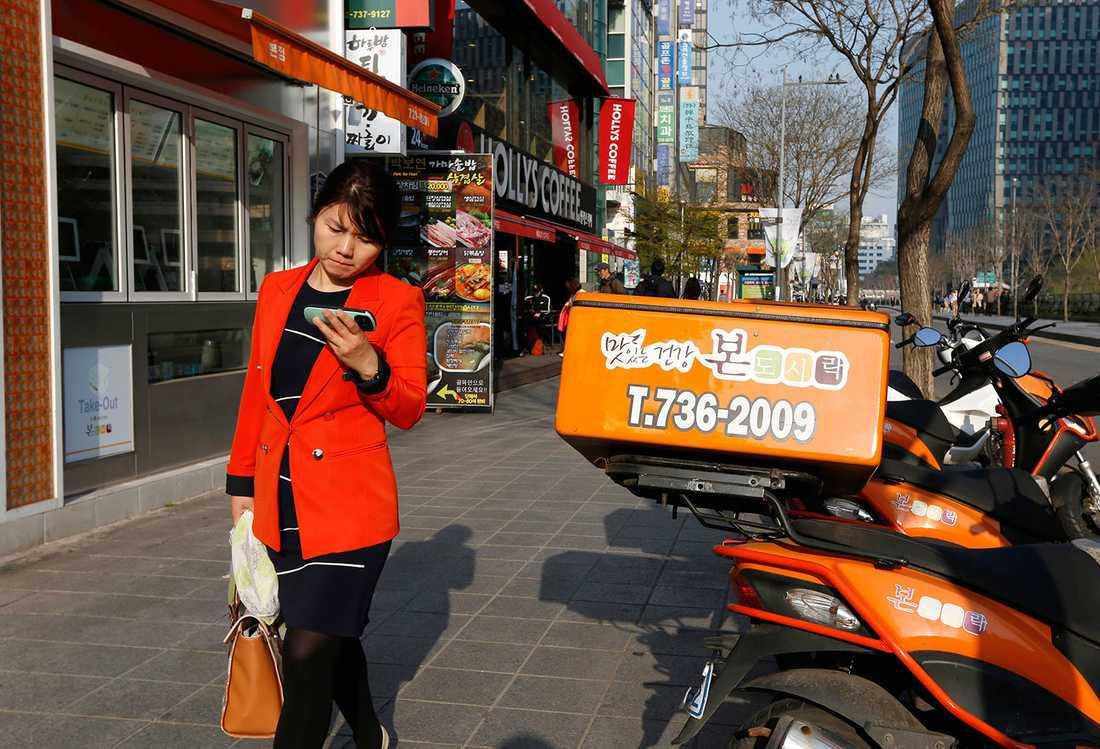 VÄRLDENS MEST UPPKOPPLADE STAD Med 10000 statligt sponsrade hotspots för trådlös uppkoppling och ohotade surfhastigheter överlag är Sydkoreas huvudstad Seoul sannolikt världens internethuvudstad.