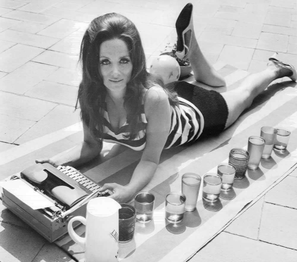 """Jackie Collins """"Jackie"""" ligger på taket till sin lägenhet i London och skriver på sin kommande bok """"The Stud""""."""