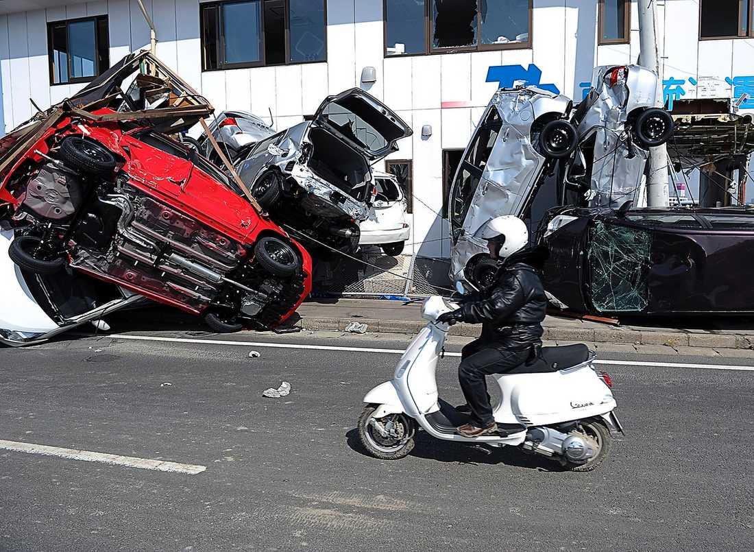 I fredags vällde tsunamin in med full kraft i hamnen i Sendai. Överallt ligger drivor av skräp, krossat glas – och kraschade bilar.