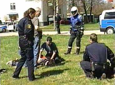 HÄR GRIPS YXMANNEN Den förrymde yxmannen kunde gripas först sedan en polis lyckats smyga bakom och slå ned honom med sin batong.