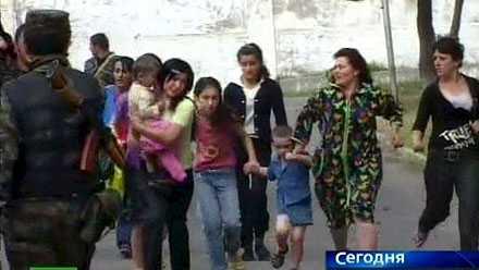 Hård eldstrider En bild från ryska tv-kanalen NTV visar hur barn och kvinnor flyr striderna i den Sydossetiska huvudstaden Tskhinvali.