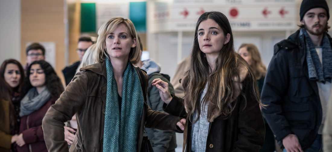 Nina (Liv Mjönäs) och Emelie (Louise Peterhoff).
