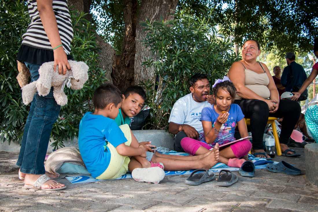 Xiomara Mejía Pineda tillsammans med barnen.  De lämnade sitt hem i Honduras på grund av gängkriminalitet och utpressning.