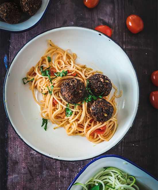 Vegetarisk vardagsmat för hela familjen: Pasta med tomatsås och smakrika bönbollar
