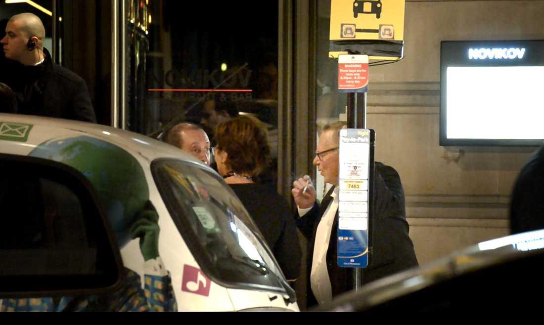 Här syns Anders Bergström röka utanför restaurangen Novikov.