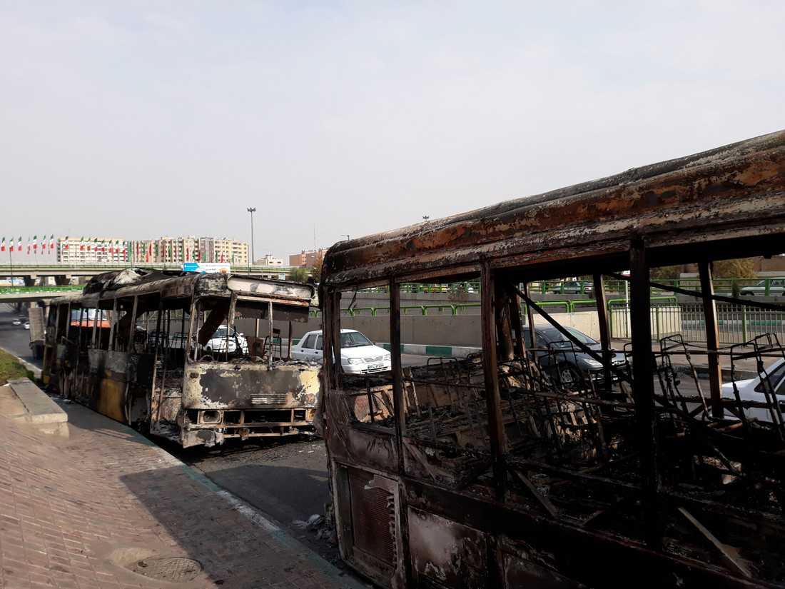 Bussar och bilar brändes under protesterna i Teheran under helgen. Bilden kommer från den iranska nyhetsbyrån ISNA.
