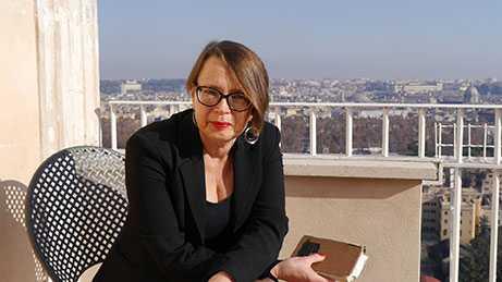 Carina Burman är författare och docent i litteraturvetenskap. Hon har skrivit åtta romaner.