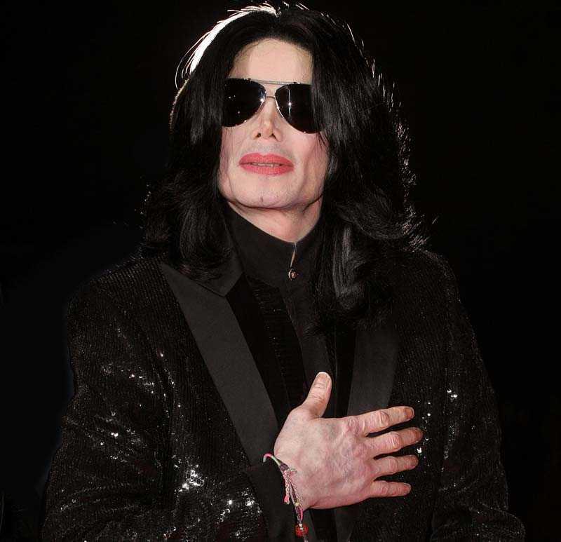 LEVDE PÅ LÅNAD TID Enligt en före detta anställd ska Michael Jackson tagit flera överdoser under sina sista 18 månader i livet. Nu uppges också att bevismaterial försvunnit vid artistens död och att polisen jagar en assistent till doktor Conrad Murray.
