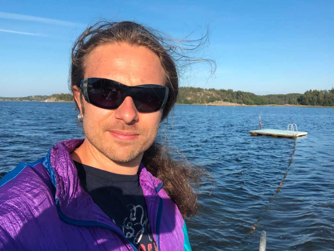 Jag kunde knappt röra mig och förstod inte vad som hände med min kropp, säger Tobias Karlsson.