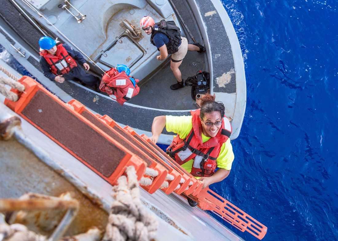Tasha Fuiava klättrar ombord på USS Ashland efter fem månader till havs.