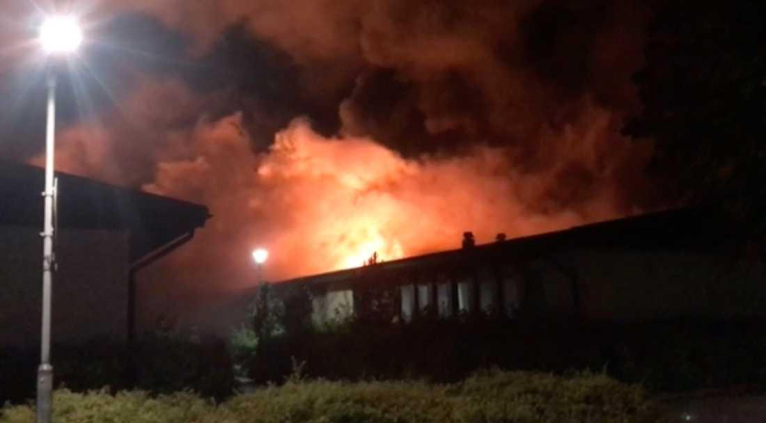 Gottsundaskolan i Uppsala övertänd: Branden misstänks vara anlagd brand.