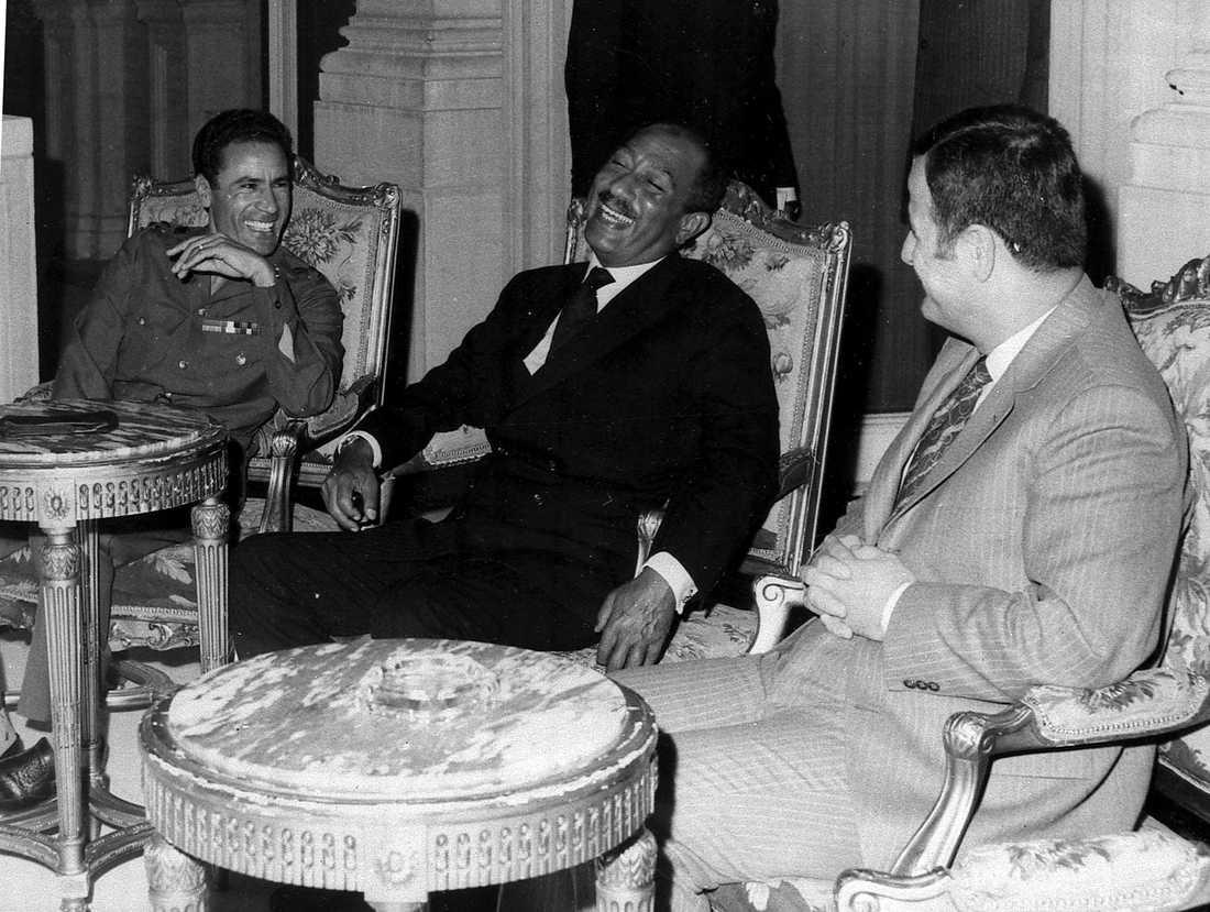 """1972 togs den här bilden inifrån Kubbhepalatset i Kairo på Muammar Gaddafi tillsammans med Egyptens dåvarande president Anwar Sadat och Hafez Al-Assad """"Lejonet av Damaskus"""", då president för Syrien. Trion samtalar som situationen i Mellanöstern."""