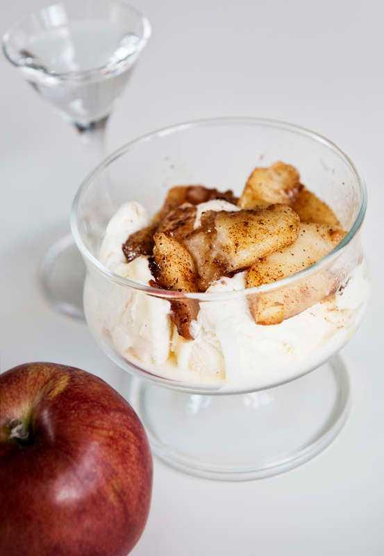 Stekta äpplen med glass.